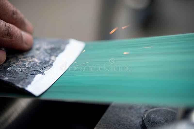 O homem mestre aponta o machado fotos de stock royalty free