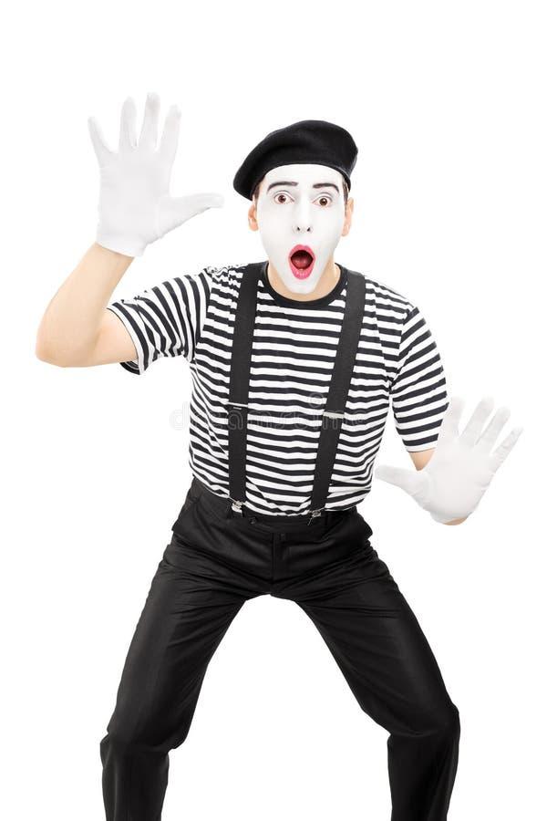 O homem mimica a execução do artista isolada no fundo branco imagens de stock royalty free