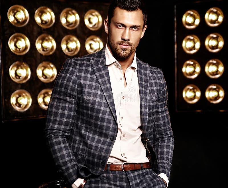 O homem modelo masculino da forma considerável vestiu-se no terno elegante fotografia de stock