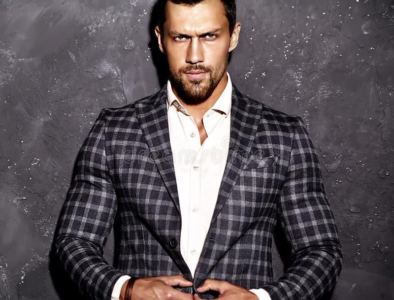 O homem modelo masculino da forma considerável vestiu-se no terno elegante fotos de stock royalty free