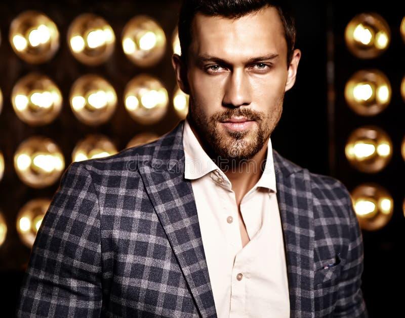 O homem modelo masculino da forma considerável vestiu-se no terno elegante fotografia de stock royalty free