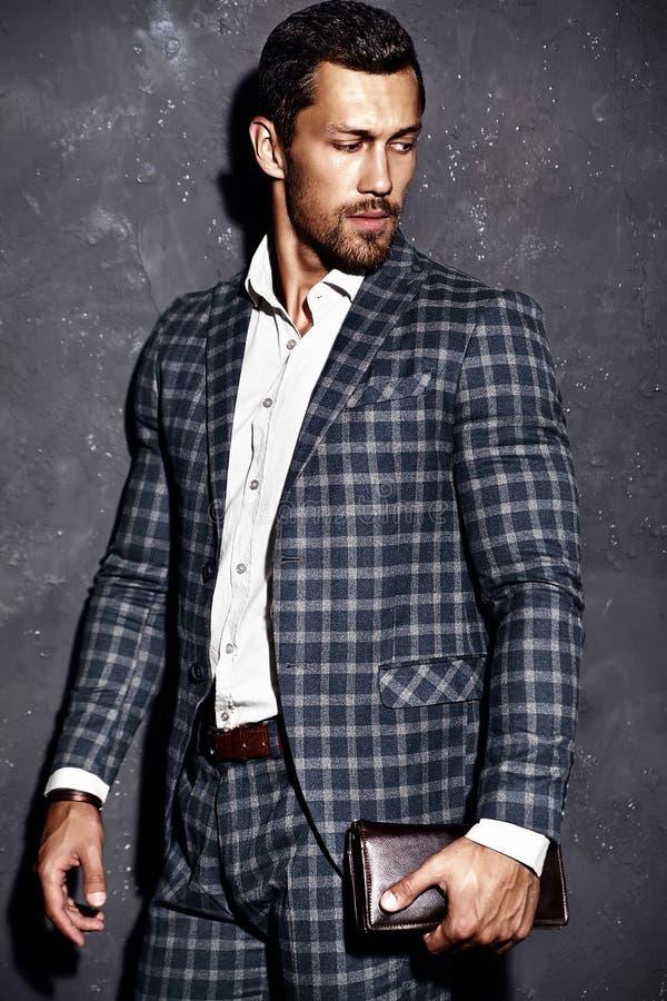 O homem modelo masculino da forma considerável vestiu-se no terno elegante imagem de stock