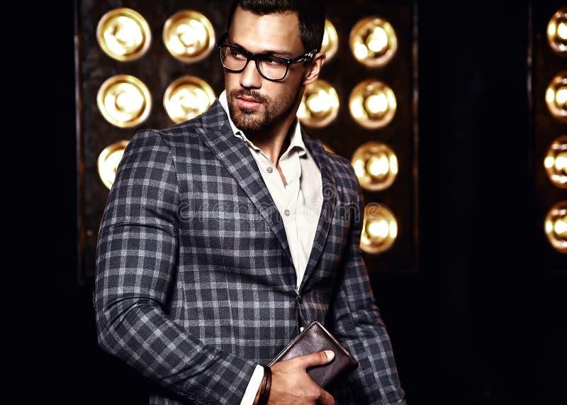 O homem modelo masculino da forma considerável vestiu-se no terno elegante foto de stock