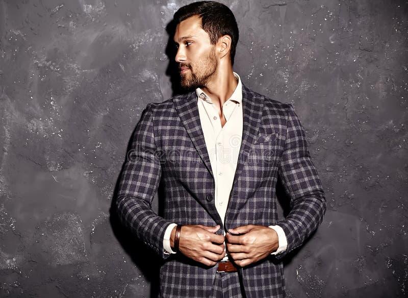 O homem modelo masculino da forma considerável vestiu-se no terno elegante fotos de stock