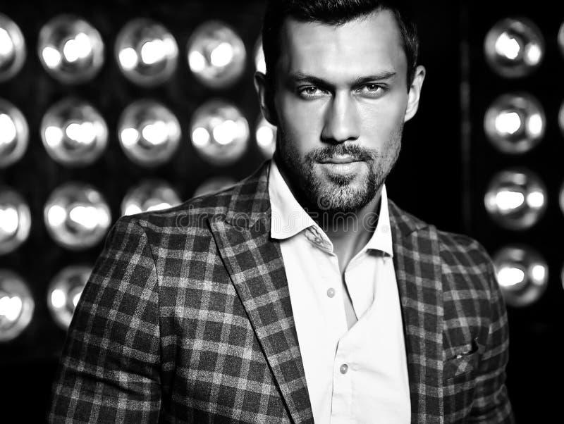 O homem modelo masculino da forma considerável vestiu-se no terno elegante foto de stock royalty free