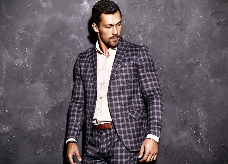 O homem modelo masculino da forma considerável vestiu-se no terno elegante imagem de stock royalty free