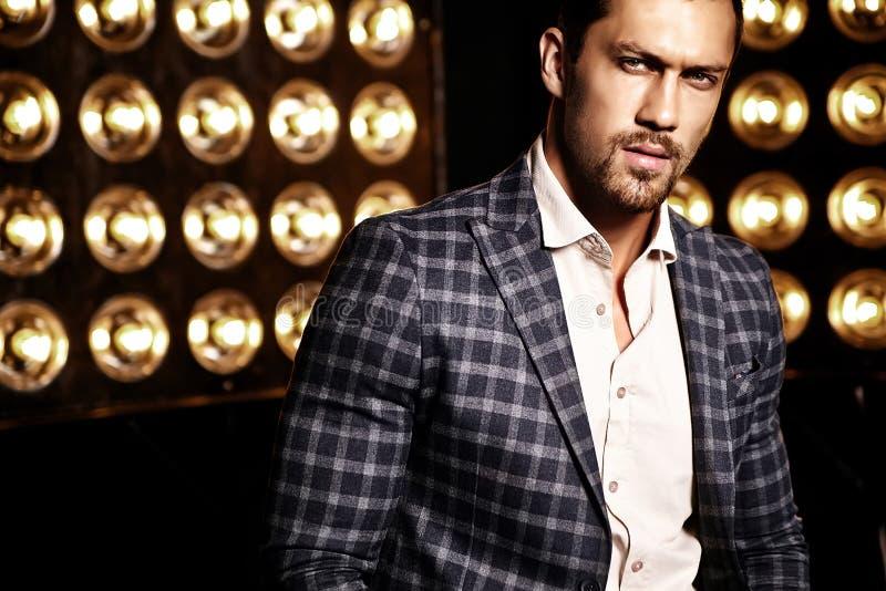 O homem modelo masculino da forma considerável vestiu-se no terno elegante imagens de stock
