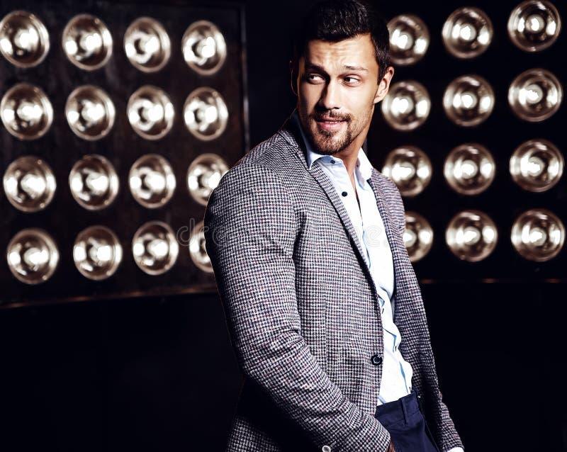 O homem modelo masculino da forma considerável vestiu-se no terno elegante imagens de stock royalty free