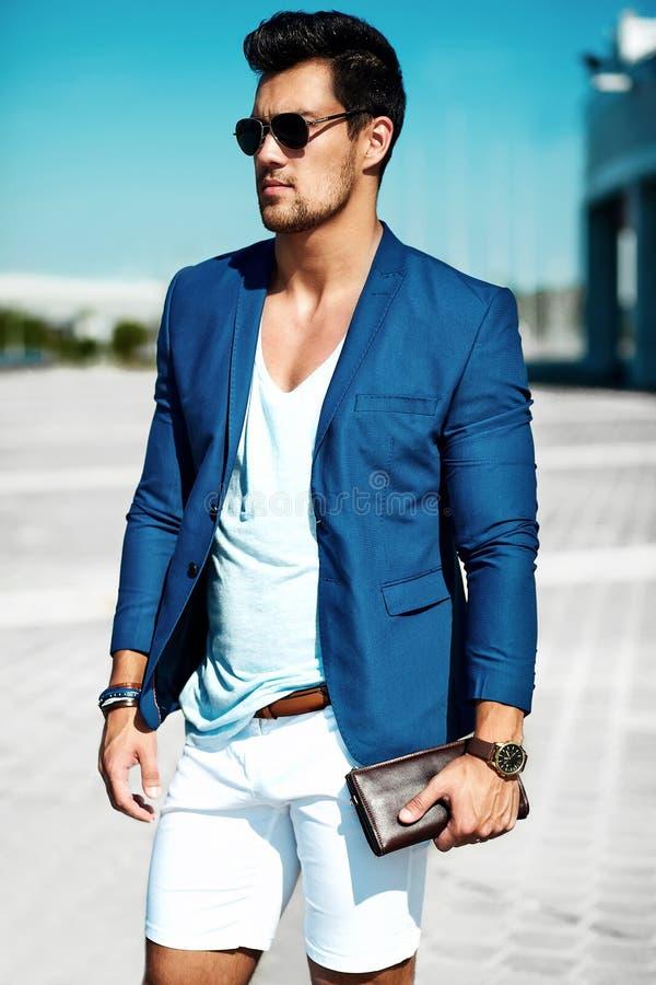 O homem modelo vestiu-se no terno elegante que levanta no fundo da rua foto de stock royalty free