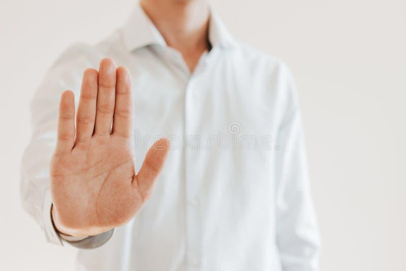 O homem mostra sua parada da mão, indivíduo atrativo mostra cinco dedos acima, mostras 'parada ' fotos de stock royalty free