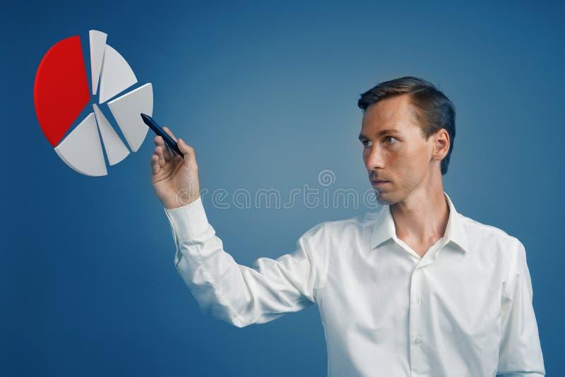 O homem mostra uma carta de torta, diagrama do círculo Conceito da analítica do negócio imagem de stock