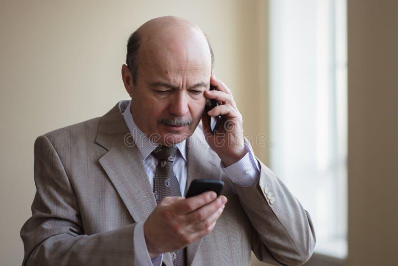 O homem muito ocupado resolve diversos problemas fotos de stock royalty free
