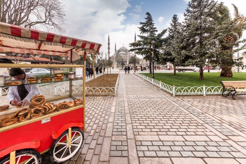 O homem não identificado que vende o bagel no quadrado da mesquita azul igualmente chamou Sultan Ahmed Mosque ou Sultan Ahmet Mos imagem de stock