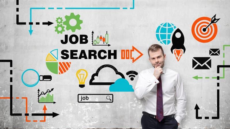 O homem na camisa e no laço brancos pondera o emprego Os ícones coloridos sobre vagas de trabalho são tirados na parede Um concei fotografia de stock