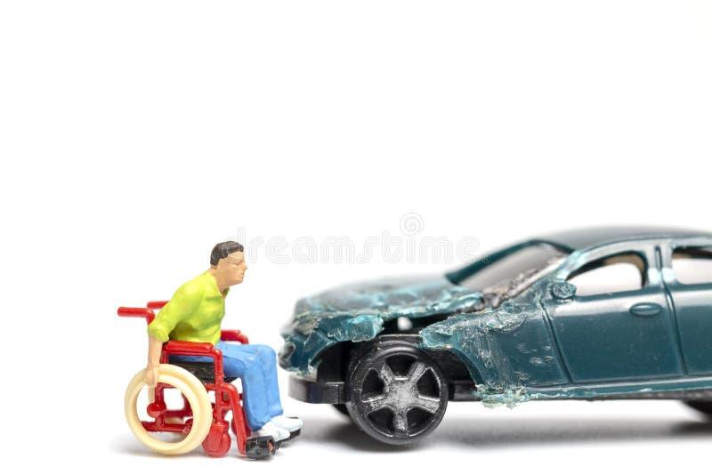 O homem na destruição da cadeira de rodas e do carro, não bebe e não conduz o conceito foto de stock royalty free