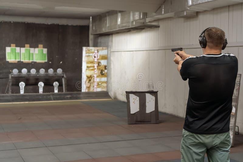 O homem na escala de tiro fotos de stock