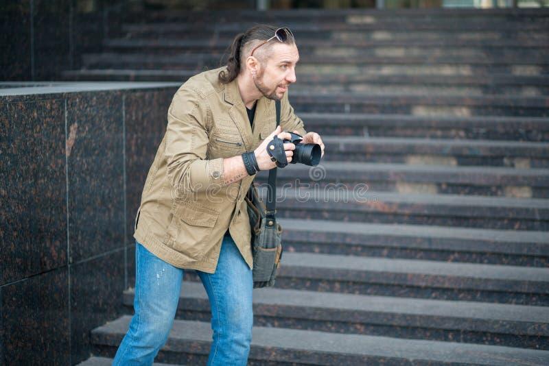 O homem na fotografia da rua imagem de stock royalty free