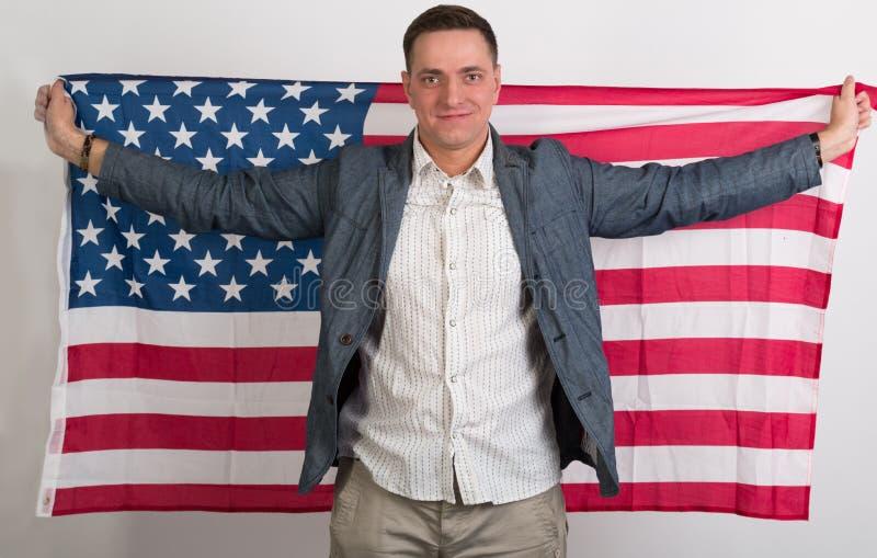 O homem na roupa à moda com a bandeira americana foto de stock