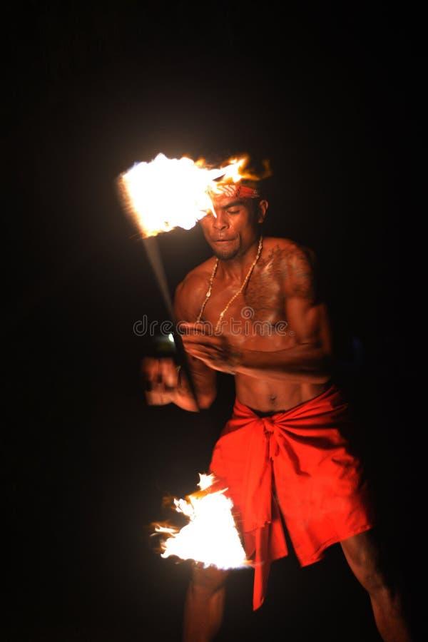 O homem nativo do Fijian guarda uma tocha durante uma dança do fogo imagens de stock