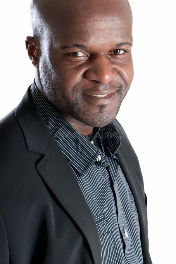 O homem negro feliz vestiu bem o sorriso isolado imagens de stock royalty free