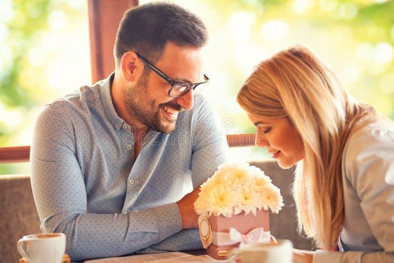 O homem no amor olha sua amiga fotos de stock