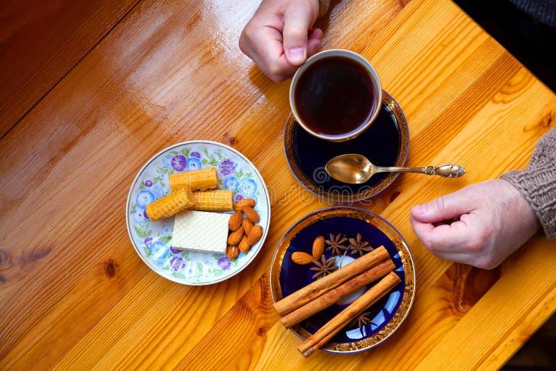 O homem no café da manhã saboroso quefaz com doces foto de stock royalty free