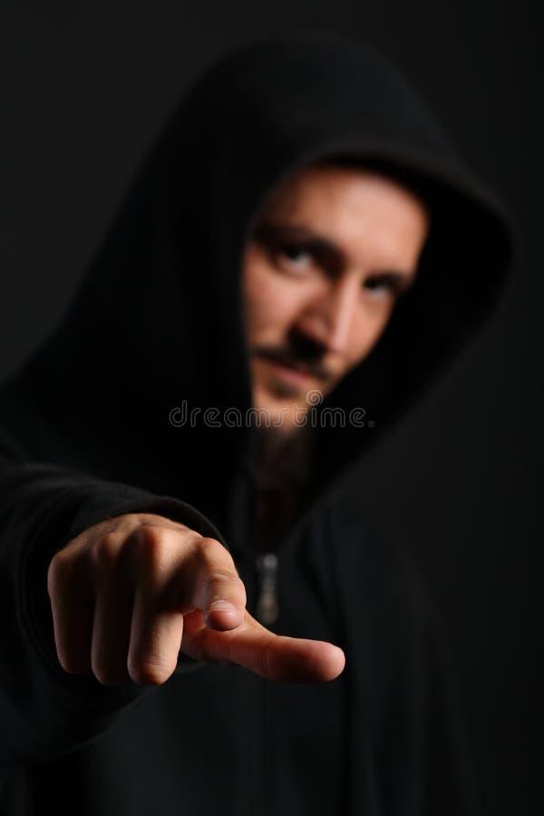 O homem novo aponta seu dedo para a câmera imagem de stock royalty free