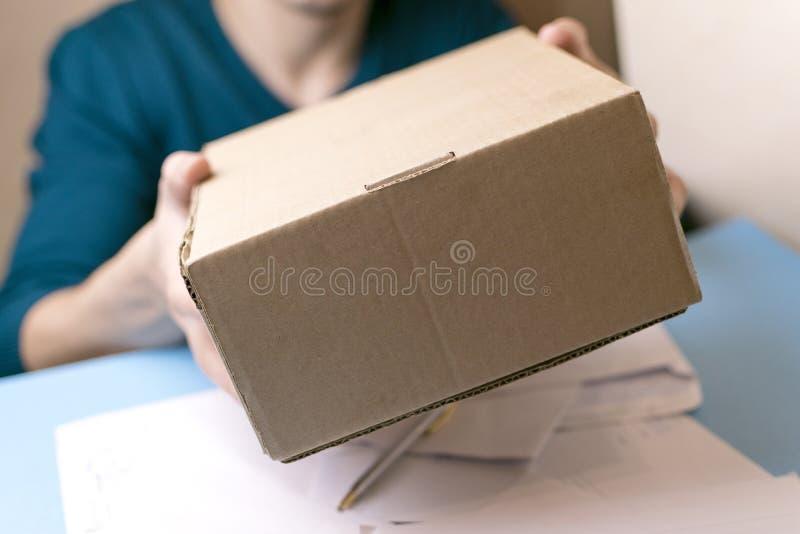 O homem novo assina as letras e os pacotes O conceito do fornecimento de serviços, a estação de correios foto de stock royalty free