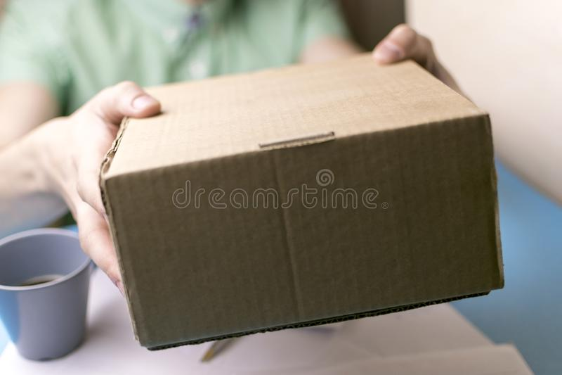 O homem novo assina as letras e os pacotes O conceito do fornecimento de serviços, a estação de correios imagem de stock royalty free