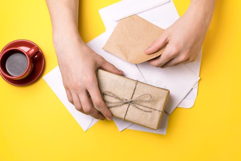O homem novo assina as letras e os pacotes O conceito do fornecimento de serviços, a estação de correios foto de stock