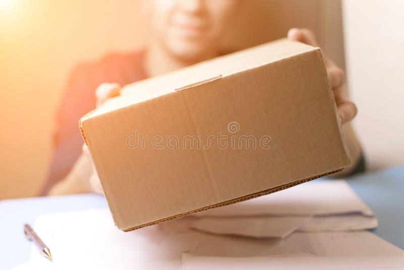 O homem novo assina as letras e os pacotes O conceito do fornecimento de serviços, a estação de correios imagem de stock