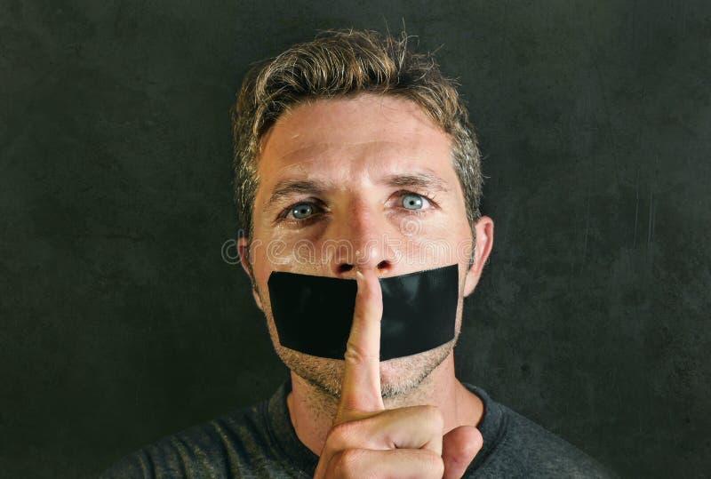 O homem novo com boca e os bordos selaram coberto com a fita adesiva na liberdade de expressão forçada censura e silêncio e segun foto de stock