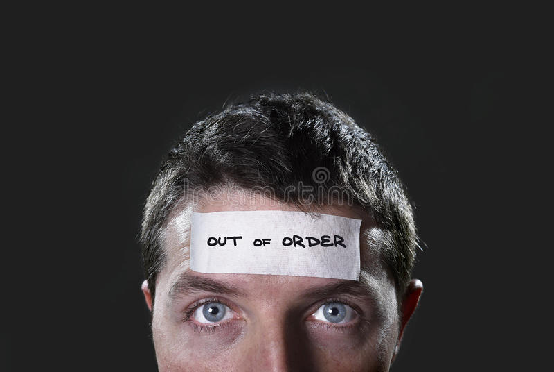 O homem novo com olhos azuis e a fita text avariado na testa na mente vazia seca fotografia de stock