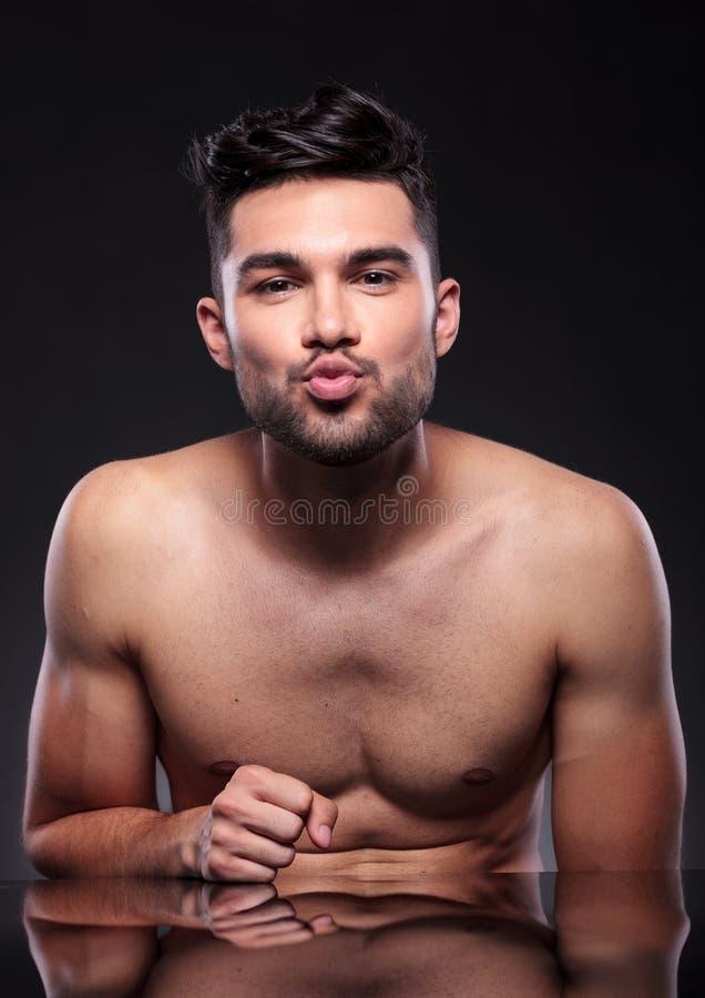 O homem novo despido prepara-se para beijar imagem de stock royalty free