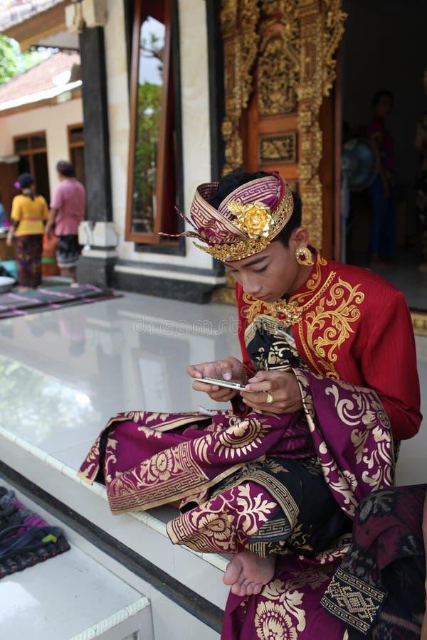 O homem novo do Balinese decorou devido à cerimônia de Potong Gigi - dentes do corte, ilha de Bali, Indonésia fotos de stock royalty free