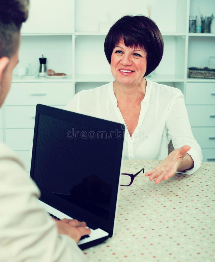 O homem novo e a mulher de negócios comunicam-se foto de stock royalty free