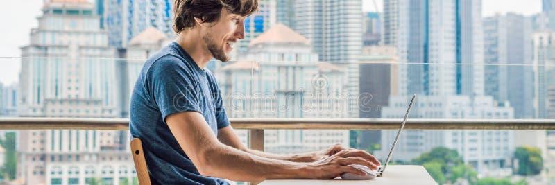 O homem novo ensina uma língua estrangeira ou aprende uma língua estrangeira no Internet em seu balcão contra o contexto de imagens de stock royalty free