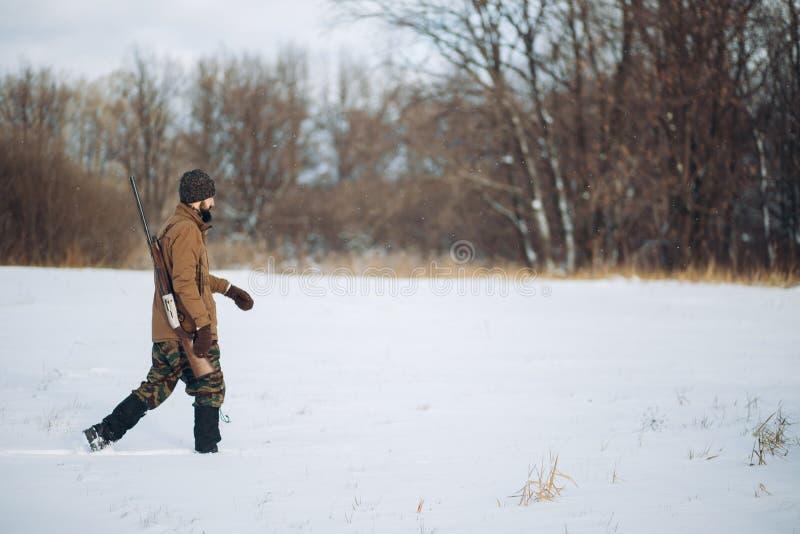 O homem novo está indo no campo nevado fotos de stock royalty free