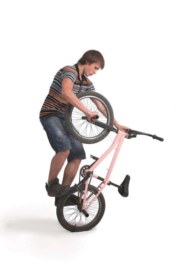 O homem novo faz um truque em BMX imagem de stock royalty free