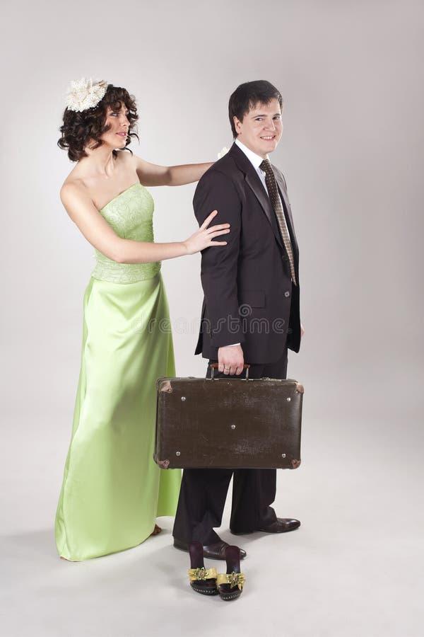 O homem novo feliz está deixando sua mulher imagem de stock