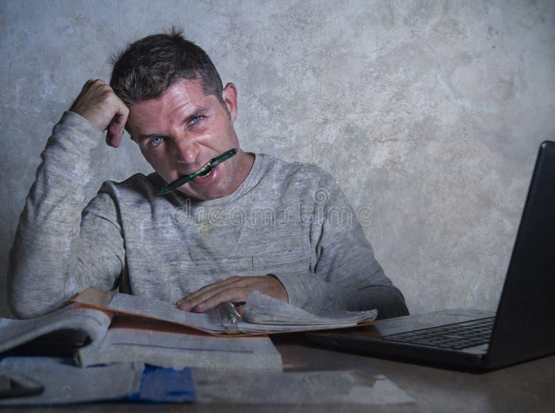 O homem novo frustrante e forçado da estudante universitário que trabalha com sentimento da mesa do bloco de notas e do laptop do imagens de stock royalty free