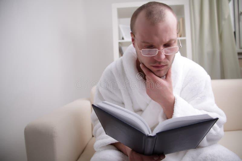 O homem novo leu o livro foto de stock royalty free
