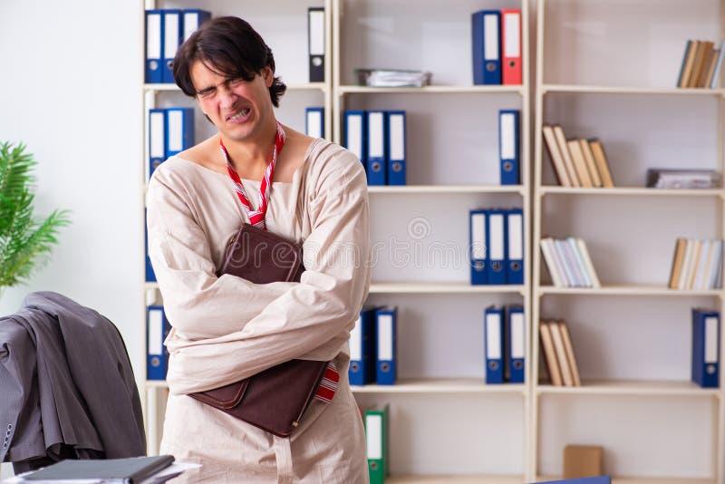 O homem novo louco na camisa de força no escritório foto de stock royalty free