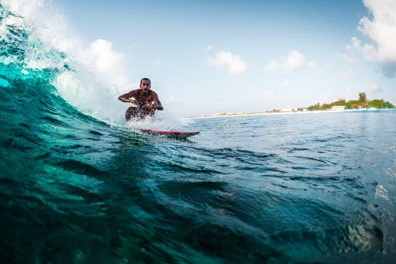 O homem novo monta a onda de oceano foto de stock royalty free