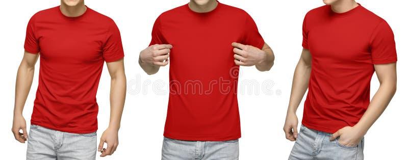O homem novo no t-shirt vermelho vazio, parte dianteira e vista traseira, isolou o fundo branco Projete o molde e o modelo do tsh fotografia de stock