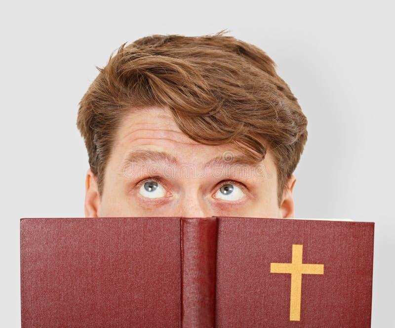 O homem novo pensa após a leitura da Bíblia fotografia de stock royalty free