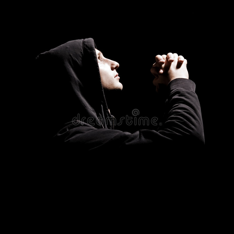 O homem novo praying foto de stock royalty free