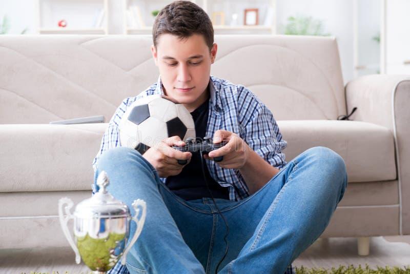 O homem novo que joga jogos de computador em casa fotos de stock