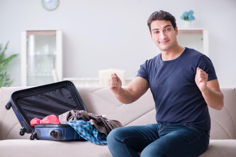 O homem novo que prepara a embalagem para férias de verão foto de stock royalty free