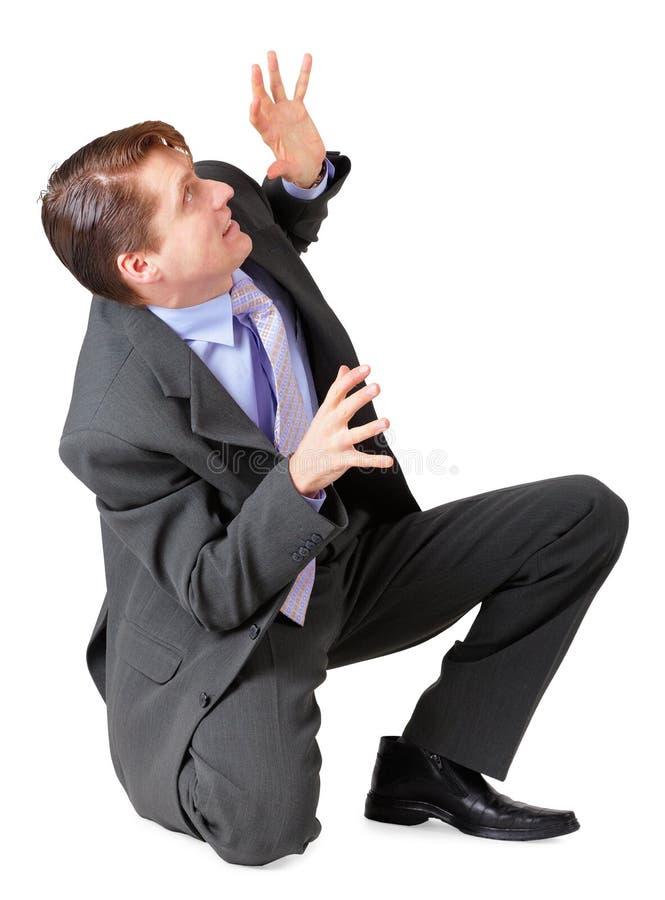 O homem novo scared e sentou-se no fundo branco imagem de stock royalty free